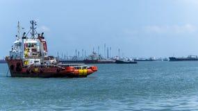 Ancore a manipulação da embarcação no oceano perto de Singapura Foto de Stock Royalty Free