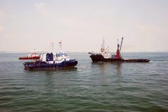 ancrage de Singapour de 4 bateaux de traction subite. image libre de droits