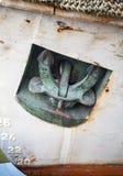Ancre d'arc sur le vieux bateau blanc Image stock
