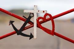 Ancre marine noire et coeur rouge Images stock