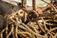 Ancre rouillée avec les cordes usées sur la plage à Zanzibar photographie stock libre de droits