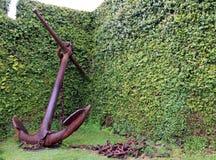 Ancre rouillée de bateau à l'arrière-plan de l'herbe près du musée dans Horta Photos stock