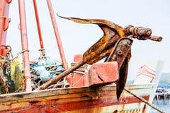 Ancre rouillée sur le bateau Photos stock