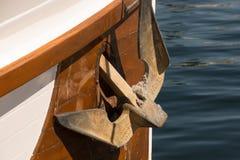 Ancre rouillée sur un bateau en bois Image stock