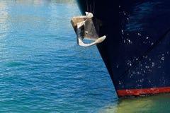 Ancre sur l'arc d'un bateau photo libre de droits