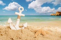 Ancre sur la plage image stock