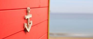 Ancre sur le conseil âgé par rouge Fond brouillé Copyspace, bannière, fin vers le haut de vue Image stock
