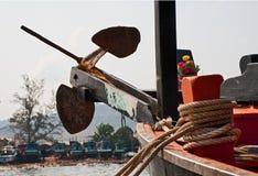 Ancre sur un arc d'un bateau de pêche Photographie stock libre de droits