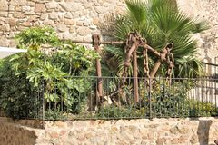 Ancres de vieux bateaux espagnols comme monument aux marins au mur de forteresse à Tossa de Mar, Catalogne images libres de droits