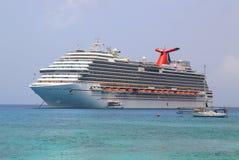 Ancres rêveuses de bateau de croisière de carnaval au port de George Town, Grand Cayman Photographie stock