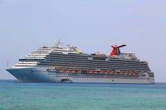 Ancres rêveuses de bateau de croisière de carnaval au port de George Town, Grand Cayman Images stock