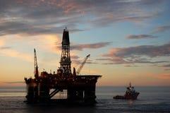 Ancrez la manipulation semi de submergible en Mer du Nord Images libres de droits