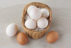 Andägg och fega ägg i korg Fotografering för Bildbyråer