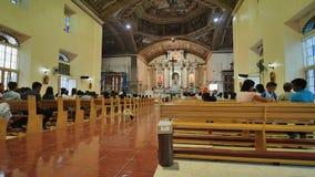 Anda, Filipinas - 5 de janeiro de 2018: Crentes antes da massa na igreja Católica Anda video estoque