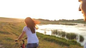 Anda sua bicicleta no por do sol vídeos de arquivo