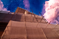 Andaime das tubulações do ferro para trabalhos da arquitetura Foto de Stock