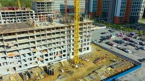 Andaime entre assoalhos e separações interiores na construção que constrói a vista aérea Empregados que trabalham na construção filme