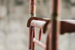 Andaime na construção braçadeira e peças de tubulação do andaime Fotografia de Stock Royalty Free