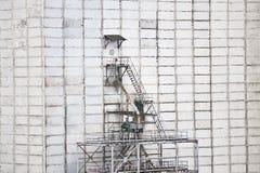 Andaime no muro de cimento Imagens de Stock Royalty Free