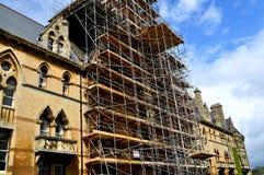 Andaime para a restauração de um edifício velho imagens de stock royalty free