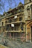 Andaime para a restauração de um edifício velho foto de stock