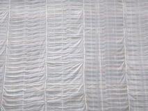Andaimes cobertos por listras enormes da tela branca fotografia de stock