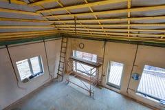 Andaimes da escada e do cavalete na construção de casa que está sob a remodelação, renovação, extensão, restauração imagem de stock