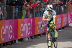 Andalo, Италия 24-ое мая 2016; Esteban Chaves, профессиональный велосипедист, проходит финишную черту этапа Стоковое фото RF