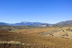 Andalucian-Landschaft mit Ackerland und Bergen Stockfoto