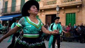 Andalusia, Hiszpania - 06 10 19: Ludzie z karnawałowymi kostiumami na ulicie podczas sławnego karnawału Cadiz, Andalusia zbiory