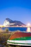 Andalusia, Rots van Gibraltar van La Linea bij schemering wordt gezien die Royalty-vrije Stock Foto