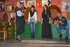 Andalusian flickor dansar och sjunger flamenco, den typiska traditionella musiken av sydliga Spanien, Seville, 04/15/2017 Arkivfoton