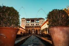 Andaluzyjski patio z fontanną i tło domem zdjęcie stock