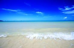 andama海滩蓝色清楚的水晶水 免版税库存图片
