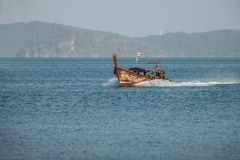 andaman海运 乘坐在一条传统泰国小船的游人 库存照片