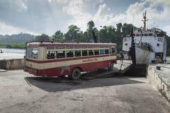 ANDAMAN-INSEL, INDIEN - 18. MÄRZ 2016: Fensterladenbusüberfahrt rive Stockfoto