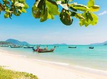 Andaman-Meer mit traditionellen thailändischen Booten des langen Schwanzes Lizenzfreie Stockfotografie