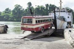 ANDAMAN wyspa INDIA, MARZEC 18 2016, -: Żaluzi autobusowy skrzyżowanie rive Fotografia Royalty Free
