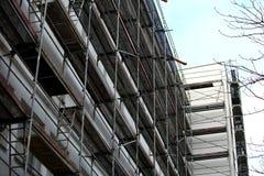 Andamio de acero usado para los trabajos de renovación del façade imágenes de archivo libres de regalías