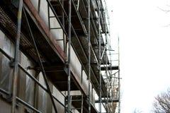Andamio de acero usado para los trabajos de renovación del façade fotos de archivo