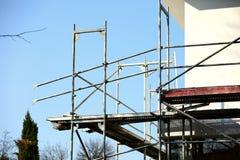 Andamio de acero usado para los trabajos de renovación del façade imagenes de archivo