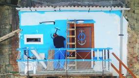 Andamio de la renovación del contraste de la restauración de la propiedad del pintor almacen de metraje de vídeo