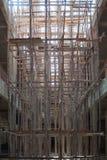 Andamio de madera con buiding bajo construcción Fotos de archivo libres de regalías