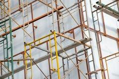Andamio del metal alrededor del edificio emparedado blanco Imagen de archivo