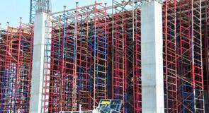Andamio rojo y azul de la construcción imagen de archivo