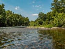 Andando alla deriva lungo il fiume fotografia stock libera da diritti