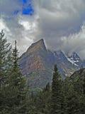 Andando alla montagna di Sun nelle nubi Fotografie Stock Libere da Diritti