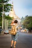 Andando alla pagoda di Shwedagon Fotografia Stock Libera da Diritti