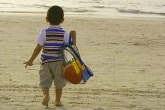 Andando alla spiaggia Immagine Stock