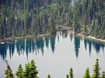 Andando alla strada di Sun, vista di paesaggio, campi di neve in Glacier National Park intorno a Logan Pass, lago nascosto, tracc fotografia stock libera da diritti